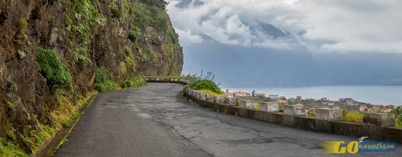 a ER101 é uma estrada que acompanha o mar, entre curvas, contra-curvas, túneis e cascatas.