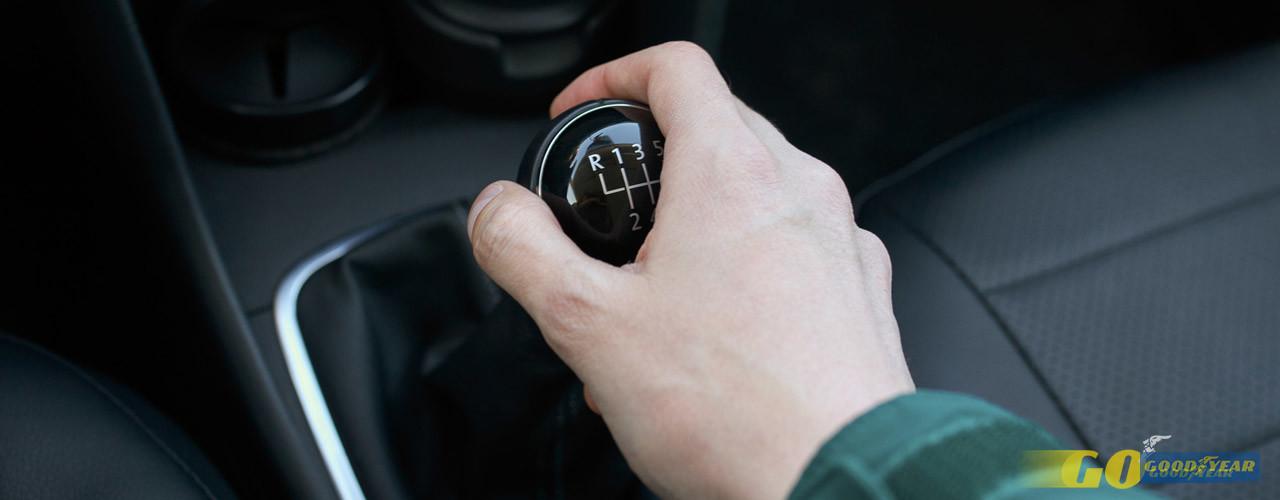 Comece por entender o que faz a caixa de velocidades no seu carro